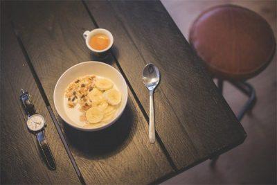dùng sữa chua kết hợp với trái cây để tăng giá trị dinh dưỡng và ngon hơn